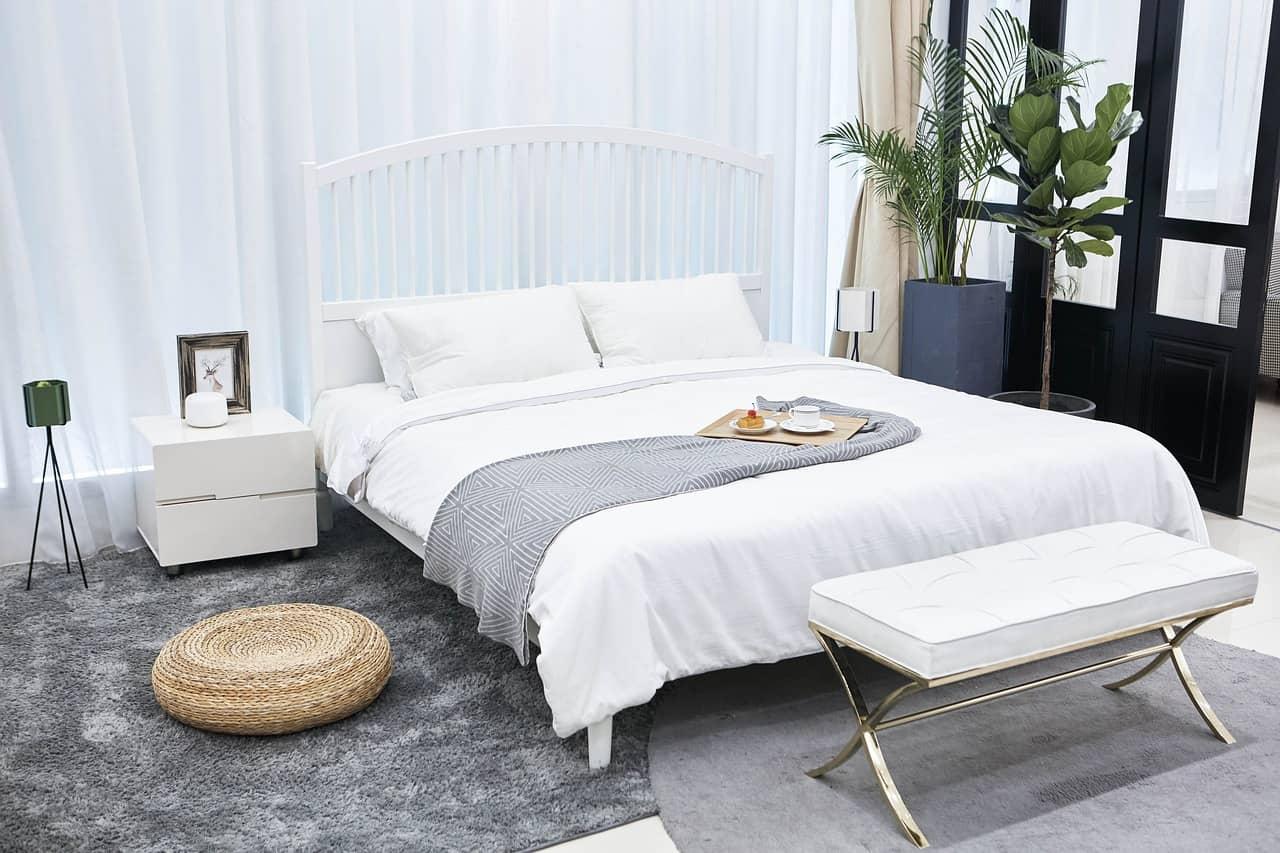 Luftiges Schlafzimmer mit Bett in der Mitte