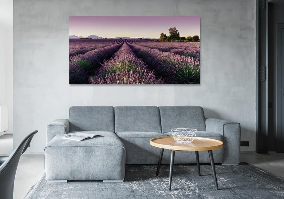 Industrie-Wohnzimmer mit Bild Lavendelfel