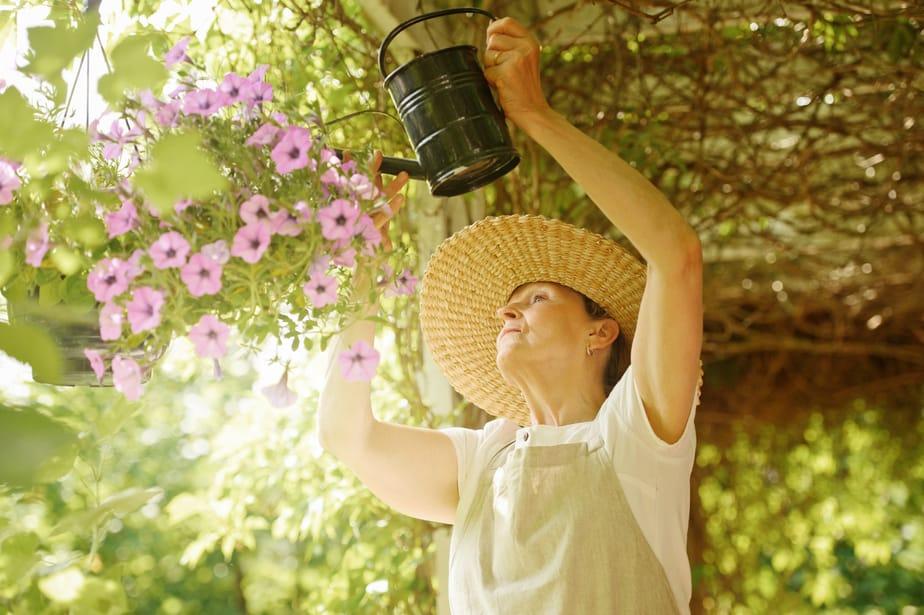 Seniorin beim Blumen gießen ©brendel/depositphotos.com