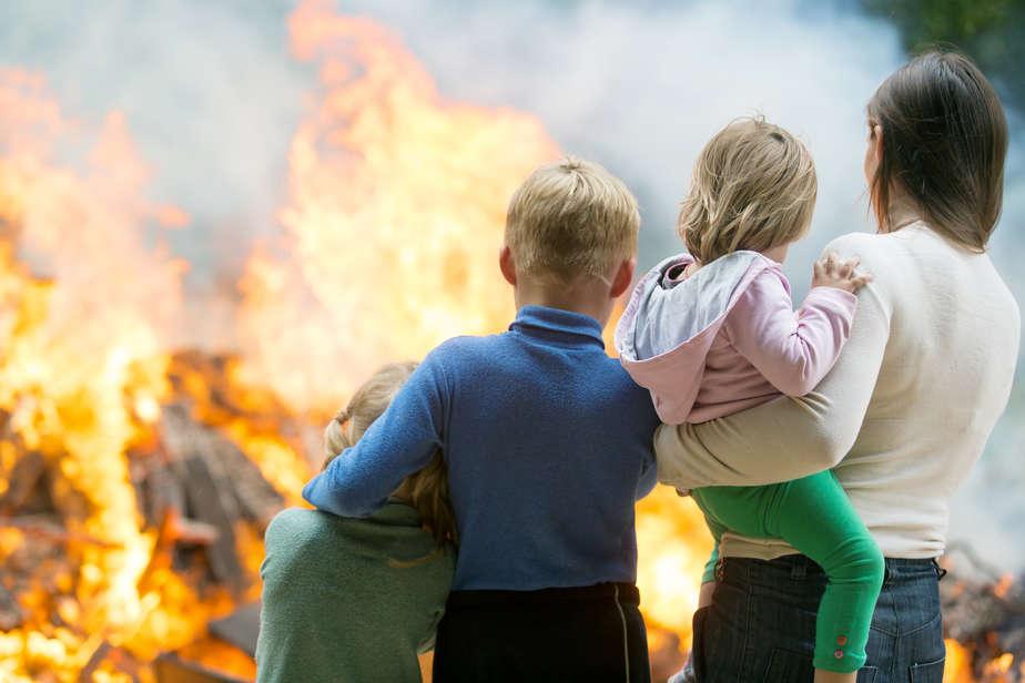 Familie beim Eigeheim Brand ©Bambulla/depositphotos.com